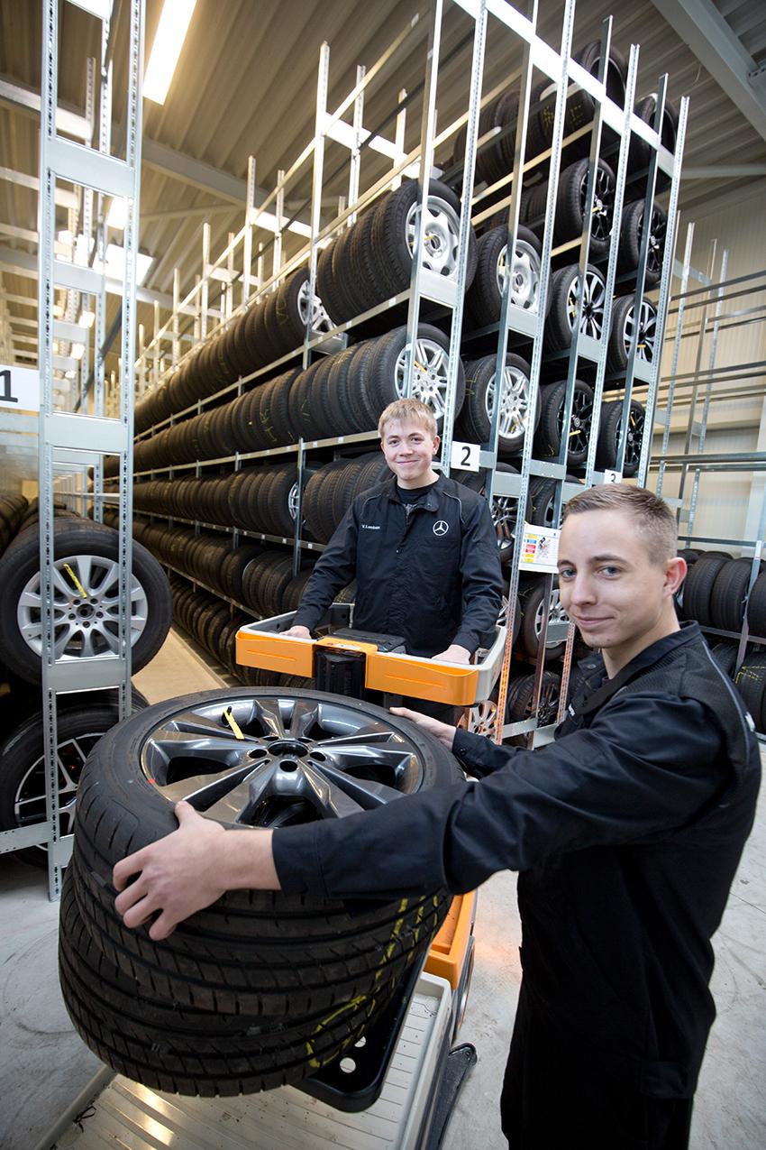 Mit einem modernen Flurförderfahrzeug lagern die Auszubildenden Vincent Lamburn und Marcel Oelmeyer einen Satz Räder ein.